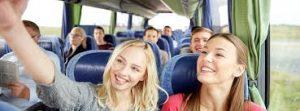 Gasca de prieteni intr-o excursie cu autocarul in Europa cu ajutorul Romfour.com